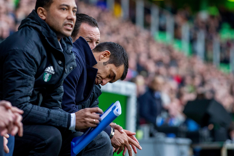 De huidige coach van Feyenoord, Giovanni van Bronckhorst, buigt zijn hoofd