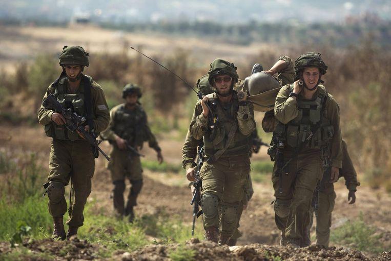 Israëlische soldaten dragen een makker bij wijze van oefening, gisteren.