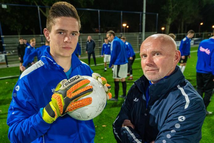 SC Valburg-trainer Bert Willemsen (rechts) op archiefbeeld met Timo Deijs, doelman van SC Valburg.