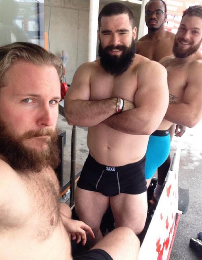 De Canadezen namen deze halfnaakte foto toen ze hun gewicht voor de wedstrijd hadden nagekeken. Links teamleider Justin Kripps.