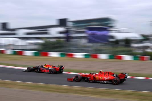 Max Verstappen in zijn Red Bull en Ferrari's Charles Leclerc tijdens de training van vrijdag voor de grand prix van Japan op het circuit van Suzuka.