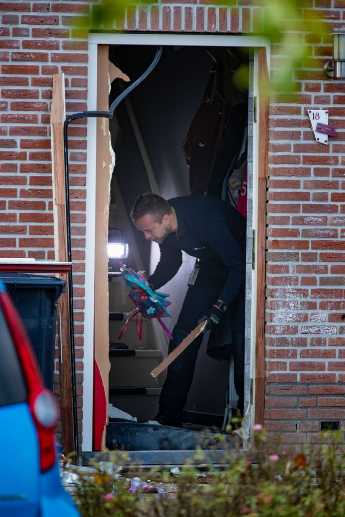Met een keiharde knal blies een vuurwerkbom afgelopen weekend de voordeur van een hoekwoning aan de Golfoploop op Urk weg.