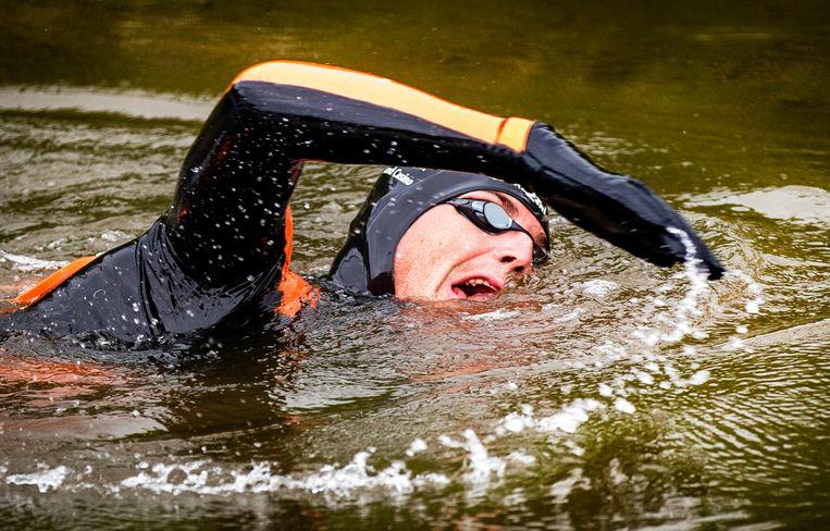 ONDERWEG - Maarten van der Weijden in het water tijdens zijn monstertocht langs de Friese steden.  Beeld ANP