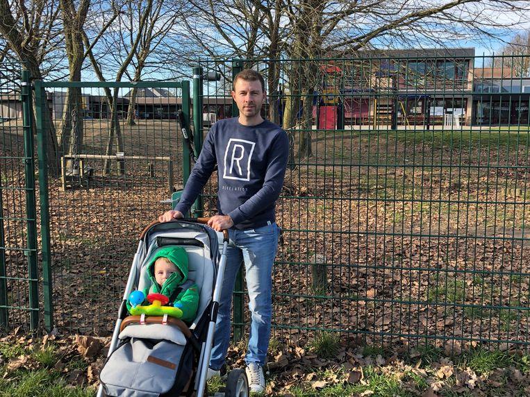 Gemeenteraadslid Jannik Grooten met zijn zoontje bij de speeltuin van GBS Mozaïek.