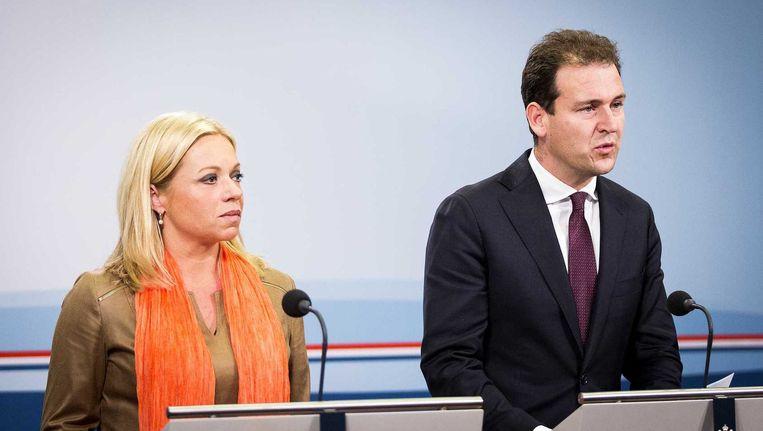 Viceminister-president Lodewijk Asscher en minister van Defensie Jeanine Hennis-Plasschaert geven een korte toelichting na de extra ministerraad over deelneming aan de internationale strijd tegen Islamitische Staat (IS). Beeld anp