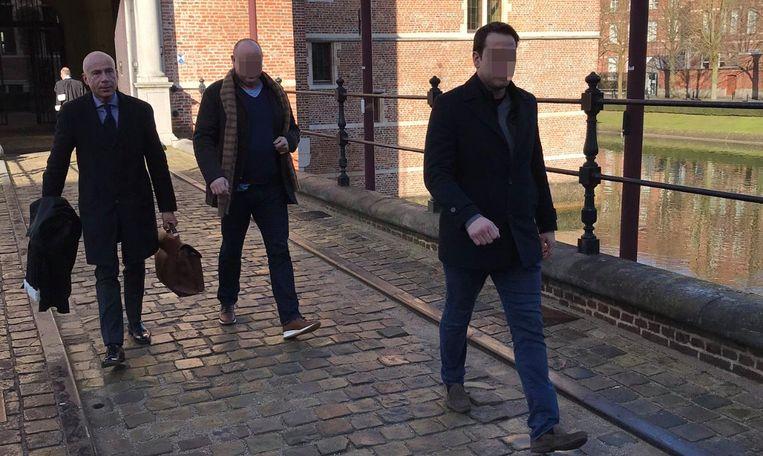 Arend D.H. (rechts) verlaat samen met zijn vader (midden) en advocaat Pol Vandemeulebroucke het gerechtsgebouw in Turnhout.