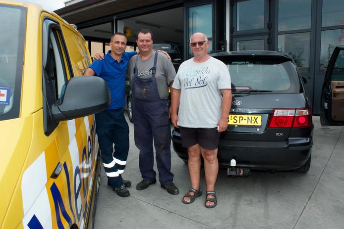 De airconditioning van Richard van der Werken (rechts) hield er plotseling mee op. Met de hulp van Fré en een lokale monteur was de auto zo weer opgelapt.