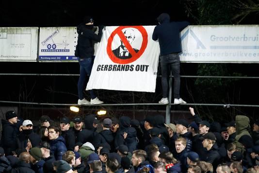 PSV-fans hangen een spandoek met de tekst Gerbrands Out op.