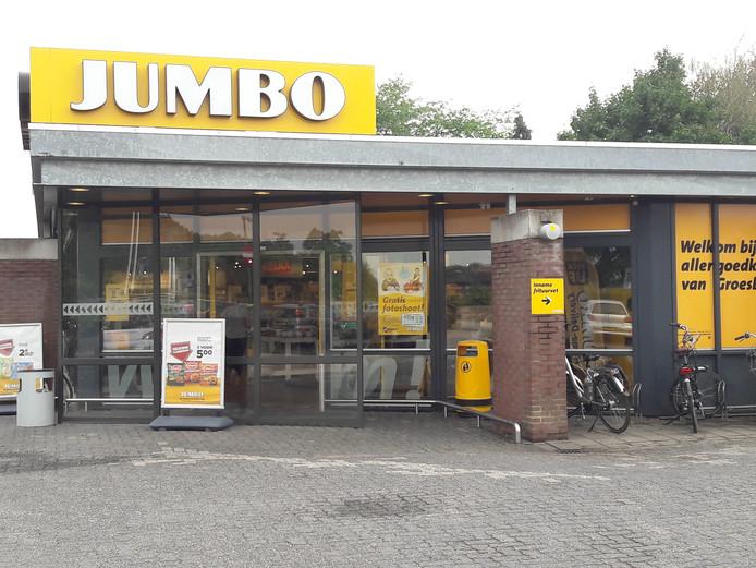 De Jumbo in Groesbeek werd vanmiddag tijdelijk gesloten na een hoosbui.