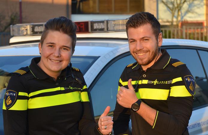 De jeugdagenten Susan Stenneberg en Dennis Jurgens (rechts) zijn net zo enthousiast als de kinderen van De Ark en De Eiber.
