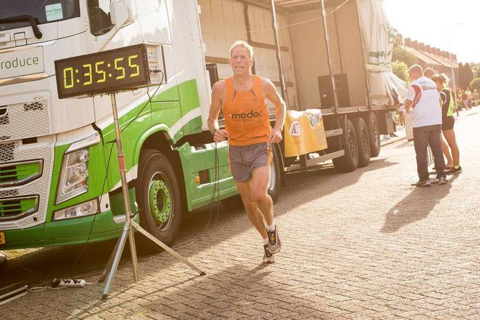 Achilles-atleet Kees Lazeroms won in 2015 onder warme omstandigheden de Kermisloop in Heerle.