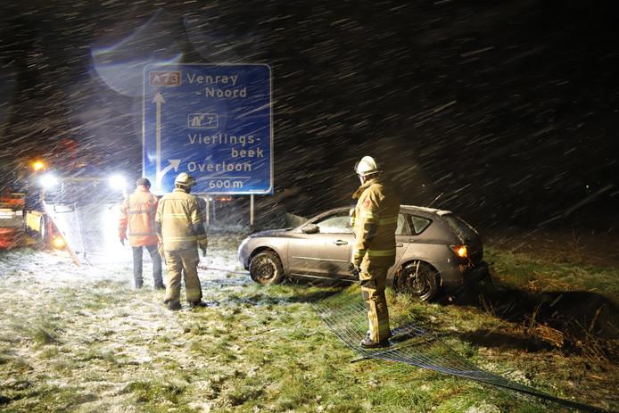 Een auto raakte vanochtend mogelijk door gladheid van de weg op de A73 bij Vierlingsbeek.