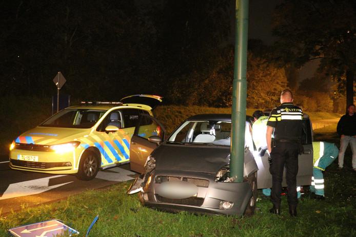 Op de Vogelweg in Maarssen is een automobilist op een lantaarnpaal gebotst.