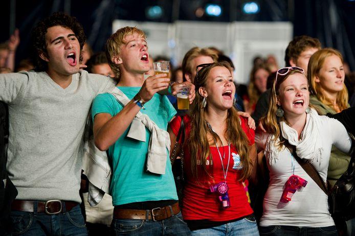 Archiefbeeld van feestende studenten tijdens de Utrechtse Introductie Tijd (UIT).