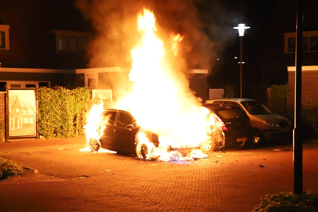 Op het St. Josephplein in Tiel staat een geparkeerde auto in brand.