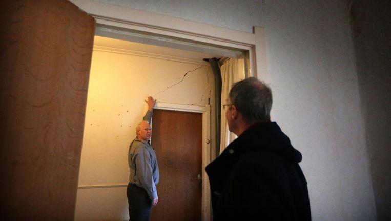 Minister Kamp bezoekt een woning die door gaswinning beschadigd is geraakt. Beeld anp