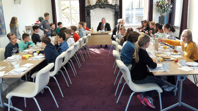Nationaal Schoolontbijt in het oude raadhuis aan de Markt van Roosendaal. Met leerlingen van basisschool Lavoor - Morelberg, met burgemeester Jacques Niederer en met wethouder Klaar Koenraad.