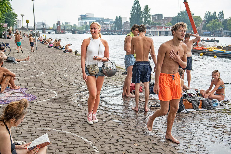 Vrijdagmiddag aan de Amstel op de Weesperzijde in Amsterdam. Beeld Guus Dubbelman / de Volkskrant