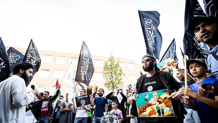 De van ronselen voor de jihad verdachte Azzedine C. (L) en jihadist Lofti S. (R) tijdens een pro IS-demonstratie in de Haagse Schilderswijk. Beeld anp