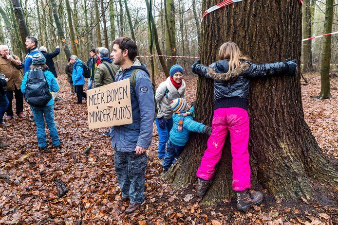 Leden van de Kerngroep Ring Utrecht (KRU) voerden eerder actie voor behoud van de bomen langs de A27.