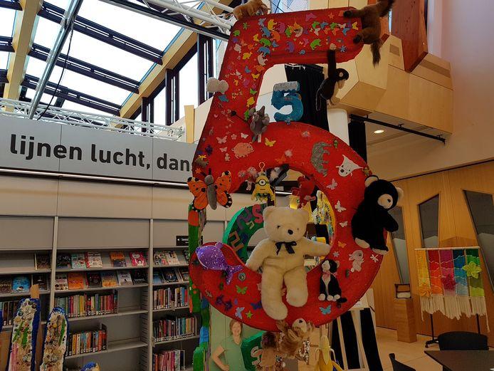 Kunst waarin het cijfer 5 centraal staat van basisschoolleerlingen uit Berlicum.