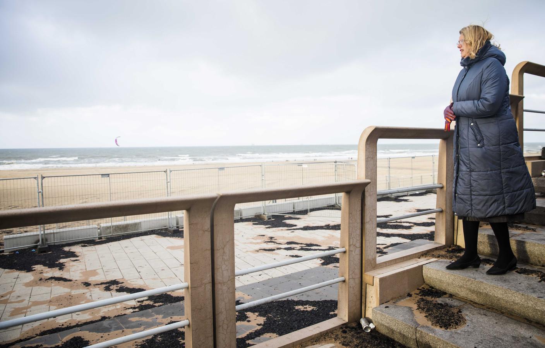 De Haagse burgemeester Pauline Krikke nam op 1 januari in Scheveningen een kijkje in het gebied waar de schade is ontstaan door de door lucht vliegende vonken van het grote vreugdevuur op het strand bij Scheveningen.