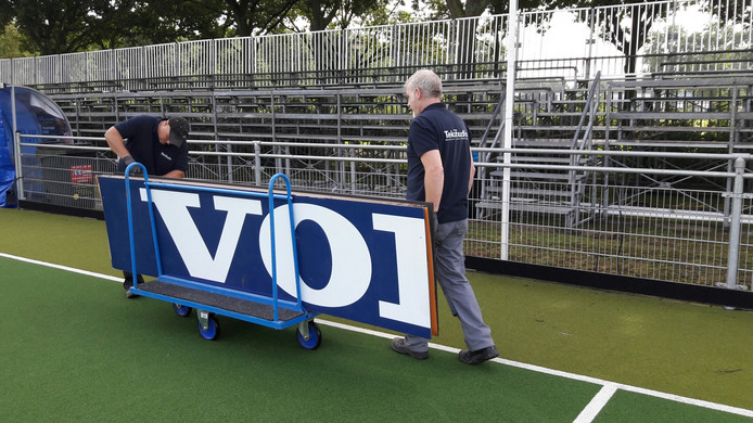 De reclameboren van HC Waalwijk worden vervangen door reclameborden van de hockeybond.