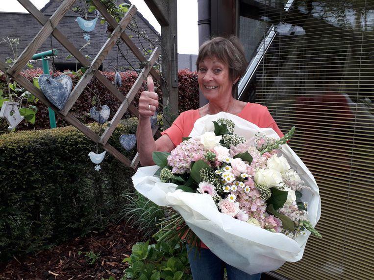 Juf Martine kreeg bloemen van heel het schoolteam.