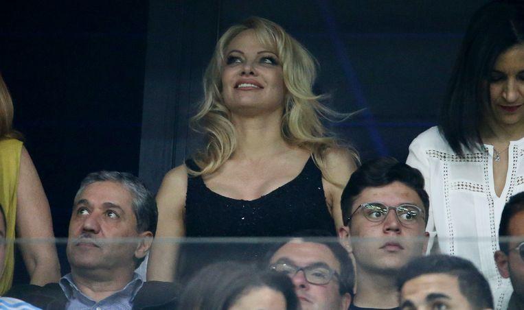 Pamela Anderson als toeschouwer in het Stade Vélodrome van Marseille.