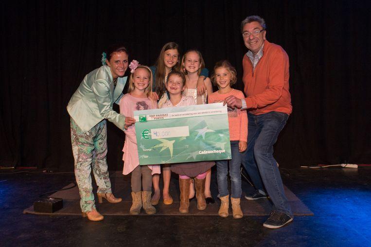 Mama Elfi (links), Juliette en Camille uit 'The Voice Kids', Audrey (kleinste) en rechts organisator Robert Meeus.
