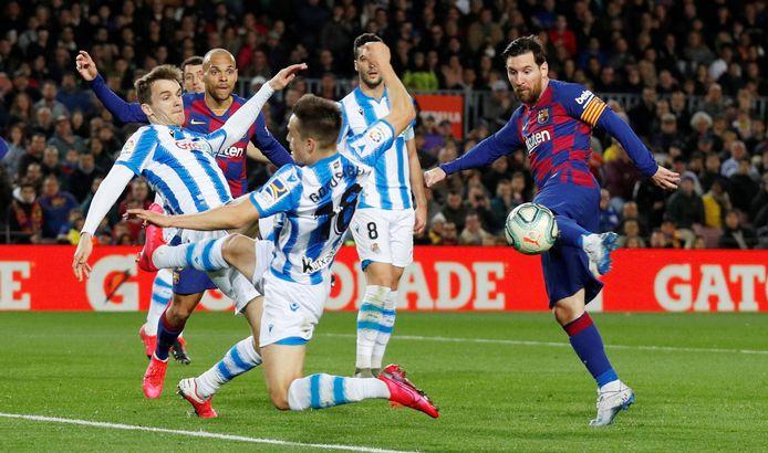 Lionel Messi in actie tegen Real Sociedad op 7 maart, kort voor het voetbal ook in Spanje werd stilgelegd.