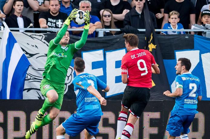 PEC Zwolle keeper Mickey van der Hart vangt de bal voordat PSV speler Luuk de Jong gevaarlijk kan worden.