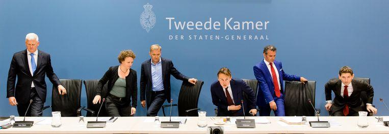 De leden van de Parlementaire ondervragingscommissie Fiscale constructies schuiven aan. Vlnr: Chris van Dam (CDA), Renske Leijten (SP), Eppo Bruins (Christenunie), Henk Nijboer (Pvda), Tom van der Lee (Groenlinks) en Jan Paternotte (D66). Beeld ANP