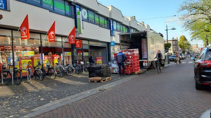 Lossen van goederen voor de Albert Heijn-supermarkt aan de Ginnekenweg in Breda