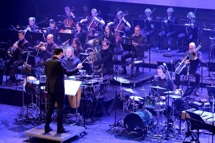 Deel van het orkest tijdens Grande Finale in De Kring. De muzikale leiding is in de handen van dirigent Bart van Gorp. Foto Leo de Jaeger / Roosendaal 750 jaar