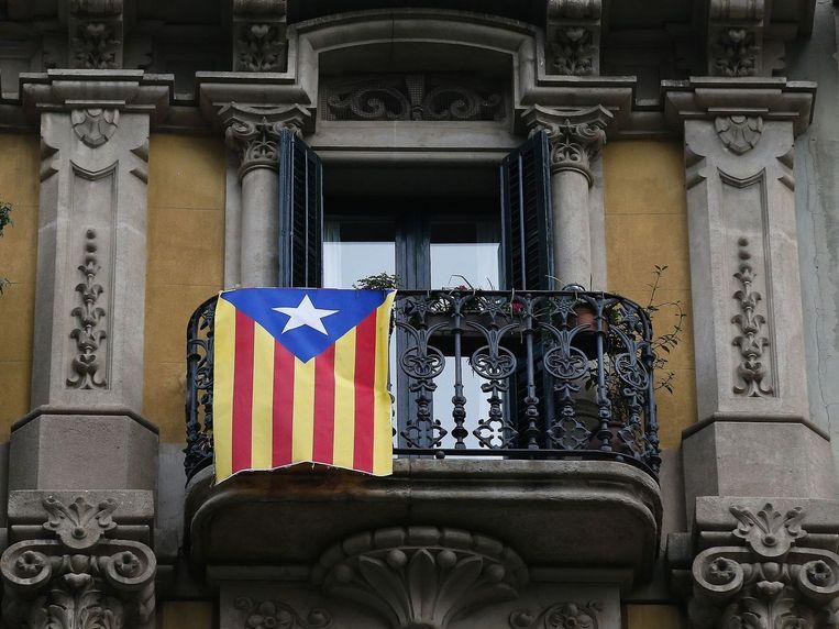 Een Catalaanse vlag, beter bekend als de Estelada, aan een balkon in Barcelona. Beeld reuters
