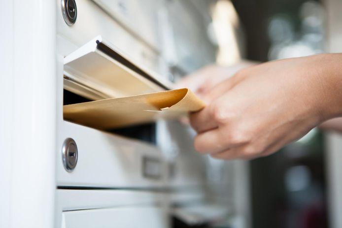 Illustratiebeeld - De postbode hield de brieven achter.