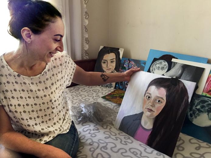 Moeder Armina  van Lili en Howick met schilderij dat ze zelf heeft gemaakt van Lili.