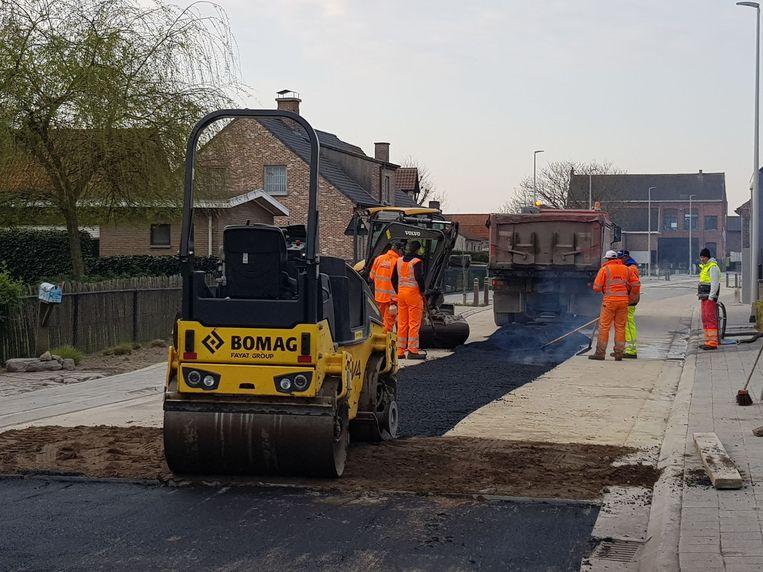 Deze ochtend begon een aannemer met het gieten van verse asfalt.