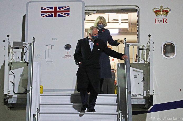 Prins Charles en zijn vrouw Camilla bij aankomst op de nieuwe luchthaven van Berlijn (BER), gisteravond.
