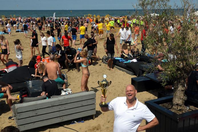 Organisator Marcel van Laar met achter zich de vele deelnemers aan het horecatoernooi.
