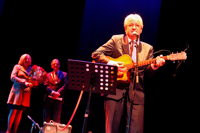 De muzikale burgemeester speelde eerder een deuntje tijdens zijn afscheid als wethouder van Tiel in 2009.