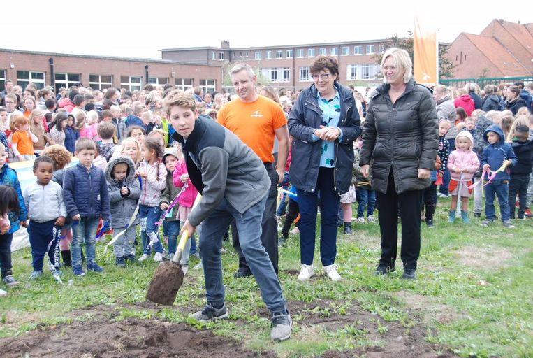 Jelle Somers met achter hem Koen van Tilborgh van Gympuls, sportschepen Brigitte Quick en Bice Mennes van bouwbedrijf Menbo.