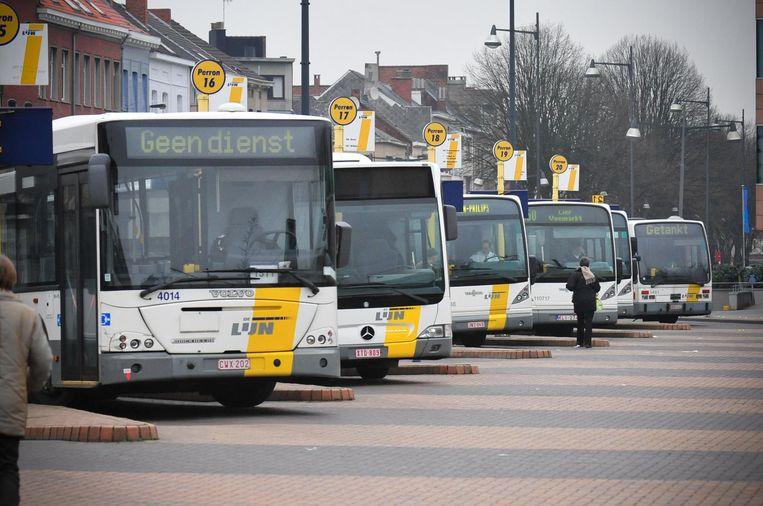 Bussen van De Lijn wachten aan het station van Mechelen. Veel partijen geven het openbaar vervoer een dikke onvoldoende.