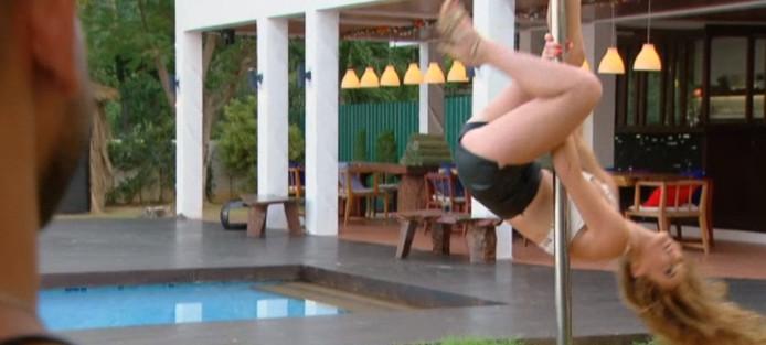 Nikki geeft een showtje paaldansen weg in Temptation Island