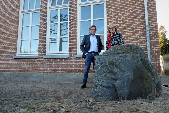 Ontwikkelaar Ad van de Groenendaal en wethouder Lianne van der Aa bij De Kei. Omgetoverd van dorpshuis naar appartementencomplex met zes sociale huurwoningen.