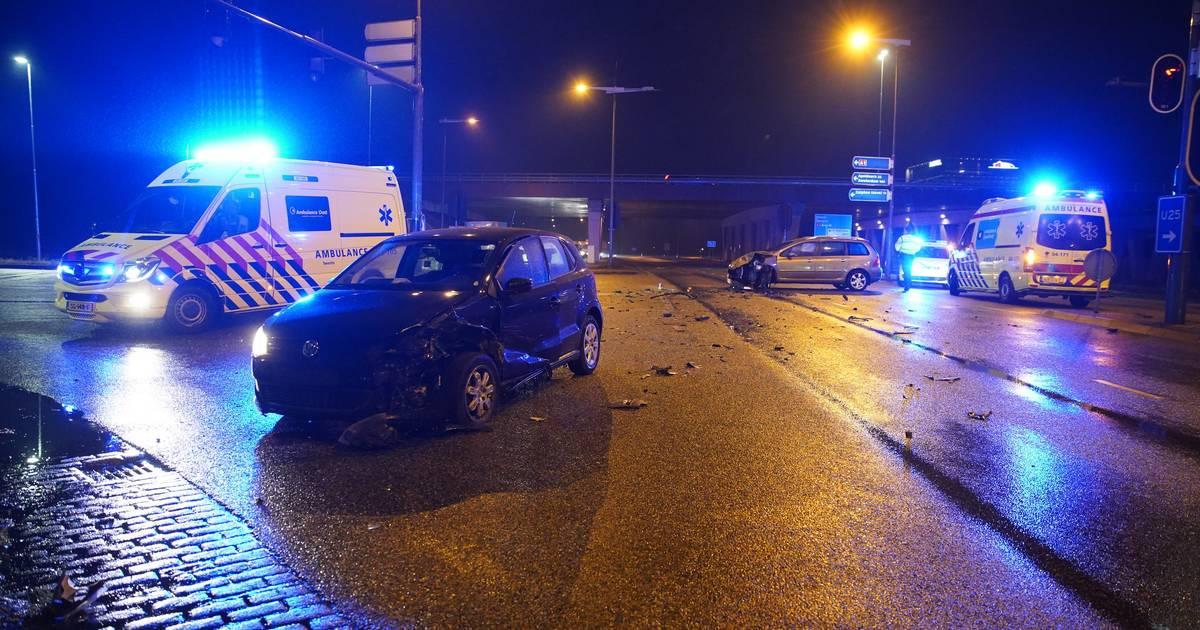 Forse aanrijding op afrit van de A1 bij Deventer: verkeer moet terug de snelweg op.