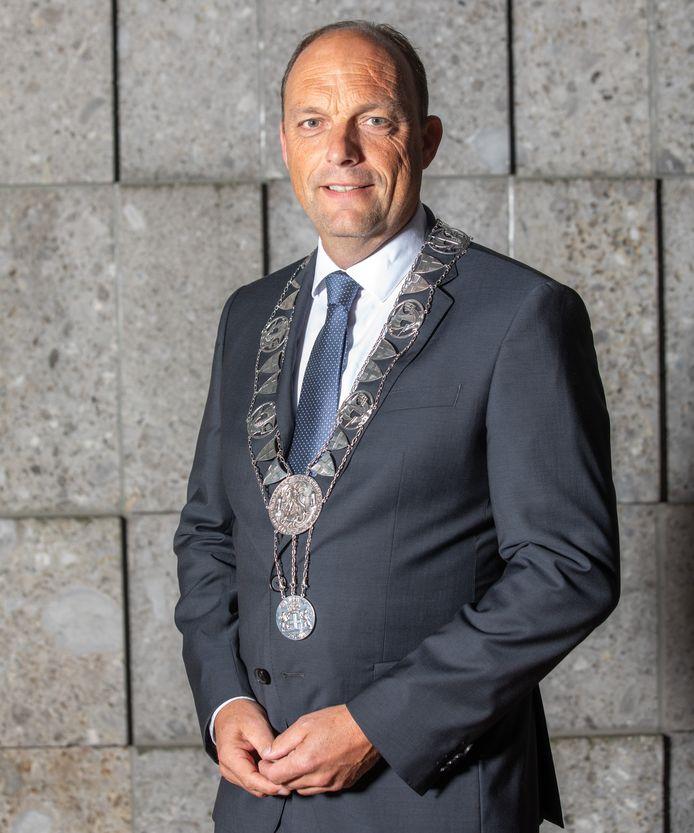 De Zwolse burgemeester droeg pas een week de ketting toen hij werd geconfronteerd met hevig geweld in zijn stad.