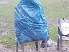 Politie weet dat er een man in een vuilniszak in het Wilhelminapark zit: 'Hij weigert alle hulp'