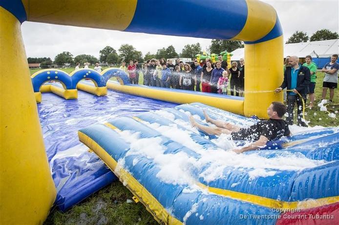 Beeld van de festiviteiten tijdens het jaarlijkse Zomerfeest in De Pollen-West Geesteren.